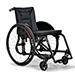 TRIGO S wyposażony w opcje dodatkowe: składane rączki do pchania , wyciągana płyta podłokietnika z karbonowa i płyta podnóżka karbonowa składan razem z wózkiem.